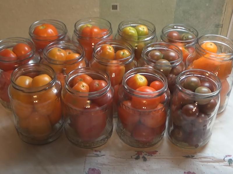 Кроме того, при заготовке по этому рецепту к помидорам можно добавить огурцы, молоденькие патиссоны или даже кабачки.
